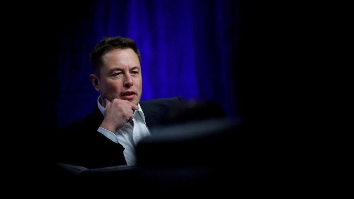 FILE PHOTO: Tesla Chief Executive Office Elon Musk speaks at his companys factory in Fremont, California, U.S., June 22, 2012.   REUTERS/Noah Berger/File Photo