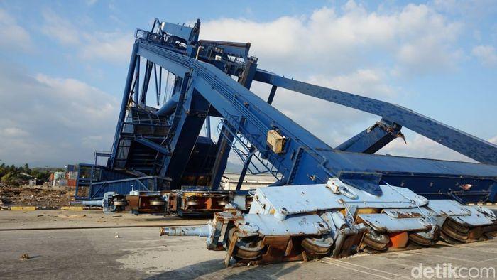 Crane atau alat bongkar muatan tumbang. Padahal, crane tersebut berukuran besar.