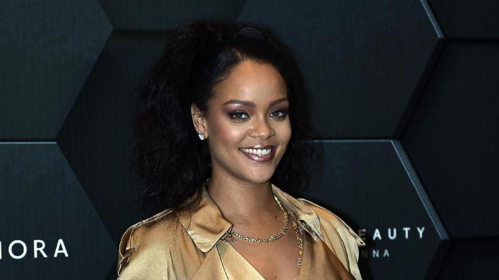 Promosi Kosmetik Baru, Rihanna Pakai Gaun Seksi Seharga Rp 100 Juta