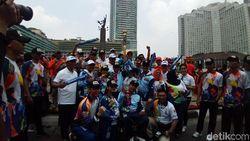 Kemeriahan Warga Sambut Pawai Obor Asian Para Games