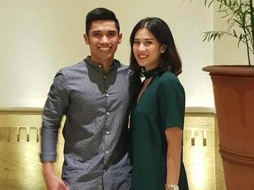 Pergi bareng ke suatu acara pun Dian dan Indraguna tetap romantis. (Foto: Instagram @therealdisastr)
