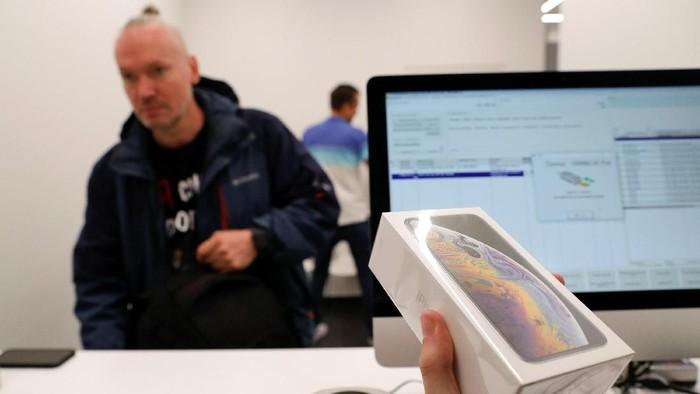 Muncul rumor soal penerus iPhone XS, yang kabarnya bakal dinamai iPhone XI dan punya tiga kamera belakang. (Foto: Tatyana Makeyeva/Reuters)