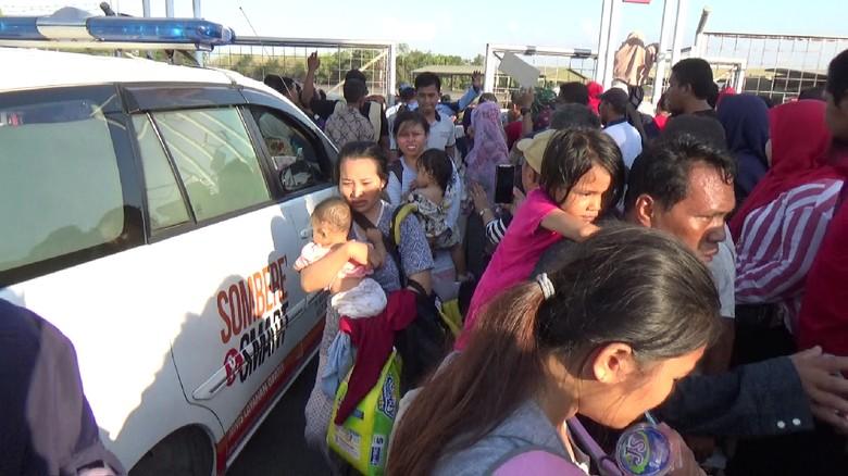 Tiba di Makassar, Korban Gempa Palu Menangis Bertemu Keluarga
