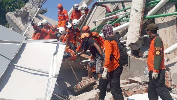 Korban Gempa Palu Minta Air di Balik Reruntuhan Hotel Roa-Roa