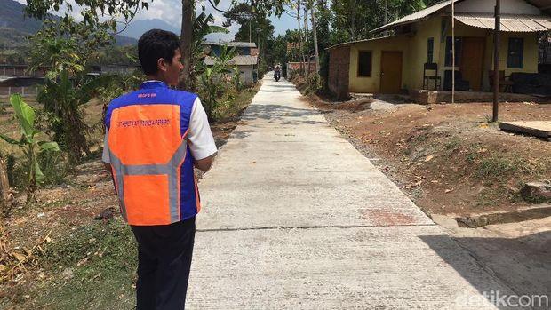 Jalan beton di atas rel di Kampung Cibodas, Desa Keresek, Cibatu, yang dibangun di atas rel memakai dana desa.