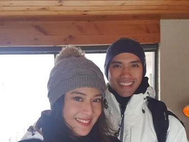 Dian Sastrowardoyo wefie berdua dengan suaminya Maulana Indraguna saat berlibur. Sepertinya sedang musim salju. Brrrr! (Foto: Instagram @therealdisastr)