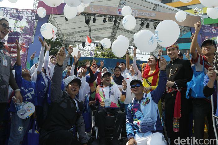 Suasana kemeriahan saat pawai obor Asian Para Games 2018 tiba di Kemenpora, Jakarta, Minggu (30/9/2018).