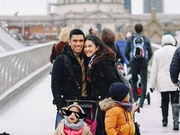 Walau sedang pergi dengan si kecil, pasangan ini tetap mesra lho. (Foto: Instagram @therealdisastr)