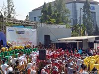 1.000 Pelajar Kompak Main Angklung di Dago Bandung