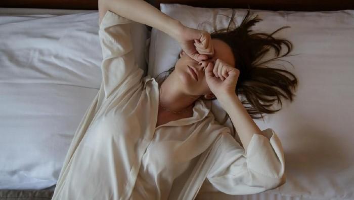 Bangun tidur dengan mata perih (Foto: iStock)