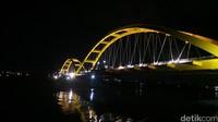 Saat malam hari pesona kecantikan jembatannya tidak pudar. Makin asyik difoto, saat bermandikan cahaya lampu (Afif Farhan/detikTravel)