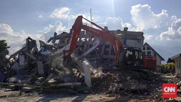 Pencarian korban gempa Palu di Hotel Roa Roa.