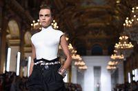 Cara Delevingne di fashion show