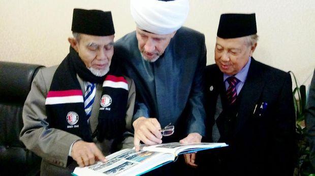 Wakil Ketua Dewan Mufti Rusia, Damir Hazrat Gizatullin menunjukkan foto kunjungan Presiden Sukarno ke Masjid Agung Moskow tahun 1956 dalam buku sejarah Masjid Agung Moskow kepada Pimpinan UNIDA.