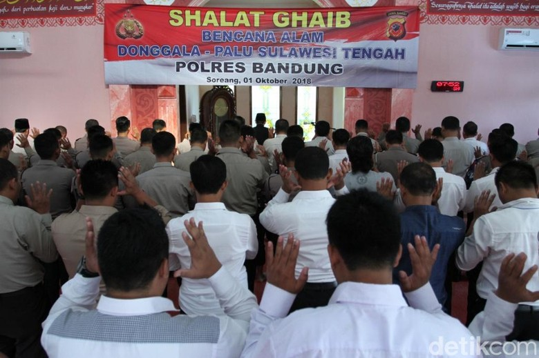 Polres Bandung Gelar Salat Gaib untuk Korban Gempa Sulteng