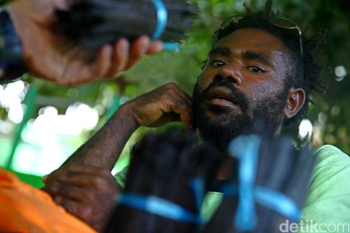 Potret warga Papua Nugini saat kedapatan membawa vanili yang hendak diselundupkan ke Indonesia.