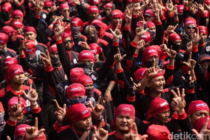 Sejumlah buruh berunjuk rasa di depan Istana Merdeka, Jakarta, Senin (1/10/2018).