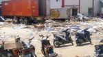 Mengais di Antara Reruntuhan Tsunami