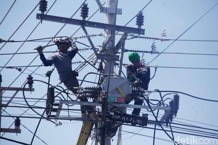 Petugas PLN mulai memperbaiki jaringan listrik di Palu.