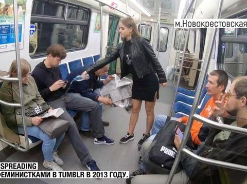 Anna siram pria yang duduk ngangkang di kereta