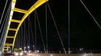 Jembatan Kuning Ponulele diresmikan pada bulan Mei 2006 silam oleh Presiden Susilo Bambang Yudhoyono. Asyiknya, di pinggiran jembatan disediakan trotoar untuk pejalan kaki yang bersih dan nyaman (Afif Farhan/detikTravel)