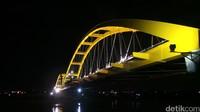 Jembatan Kuning Ponulele membentang sepanjang 250 meter dan berada di atas Teluk Talise (Afif Farhan/detikTravel)