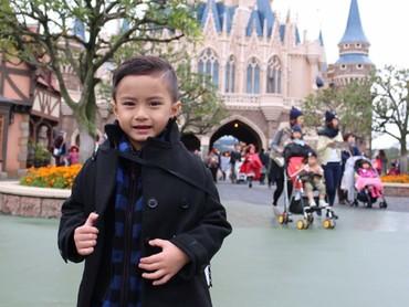 Tetap keren memakai baju hangat supaya nggak kedinginan saat sama ayah bunda di Disneyland, Jepang. (Foto: Instagram/keefebazli)