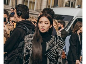 Terobsesi Gaya Sandara Park yang Super Stylish di Paris Fashion Week