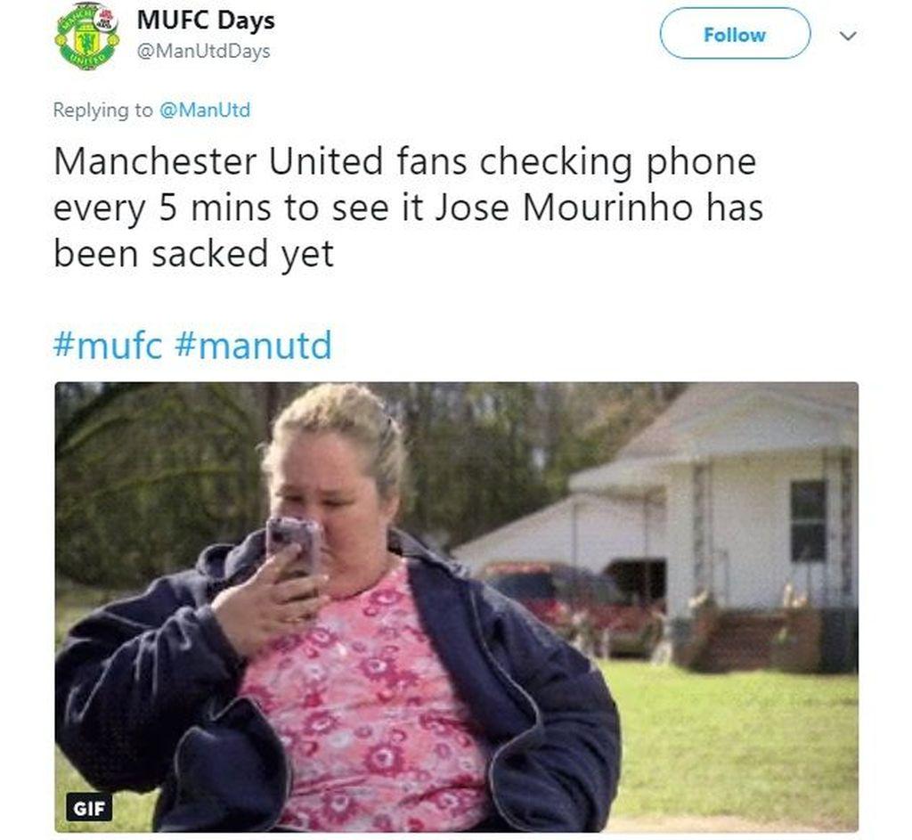 Isu yang merebak, Mourinho bakal lengser. Fans MU pun langsung cek ponsel terus untuk tahu kapan ia dipecat. Foto: Istimewa