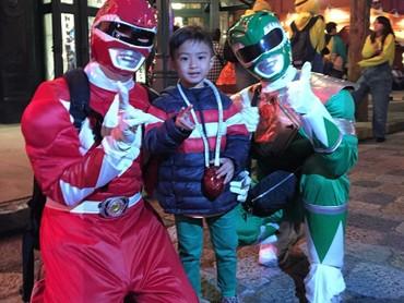 Bunda aku mau foto bareng Power Ranger ya. (Foto: Instagram/keefebazli)