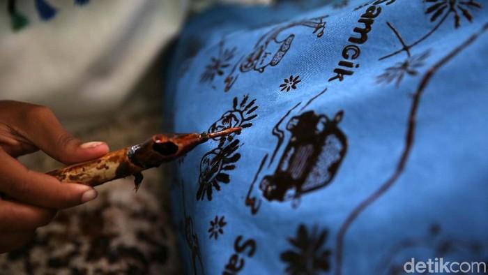 Pengrajin sedang membatik di Sanggar Betawi Seraci, Desa Segara Jaya, Kecamatan Taruma Jaya, Kabupaten Bekasi, Selasa, (2/10/2018). Batik tersebut bertema betawi.