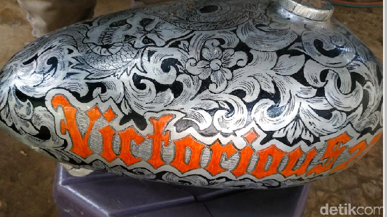 Tangki motor yang sudah didesain dengan batik Foto: Ridwan Arifin