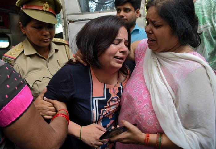 Istri korban. Foto: Reuters