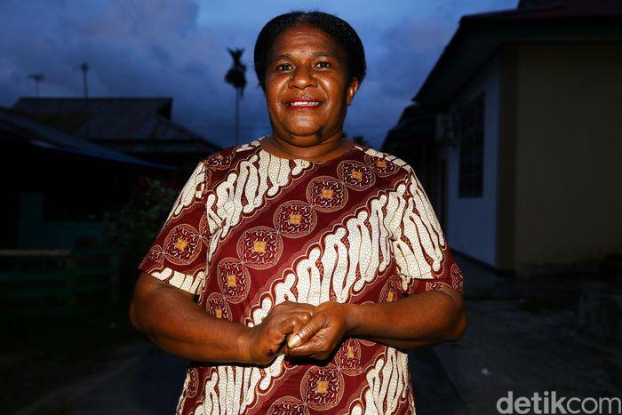 Menjelang petang, seorang Hana tampak sibuk merapikan barang dagangan di tokonya. Hana, atau biasa dipanggil Mama Hana adalah perempuan asal Papua yang tinggal tak begitu jauh dari wilayah perbatasan.