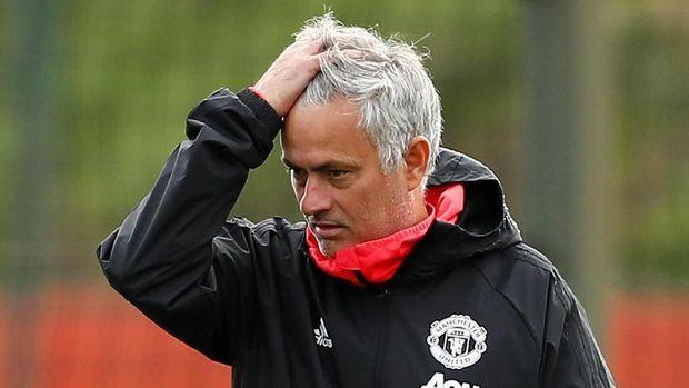 Jose Morinho tak mampu mendongkrak Man United di papan atas Liga Primer Inggris musim ini. (