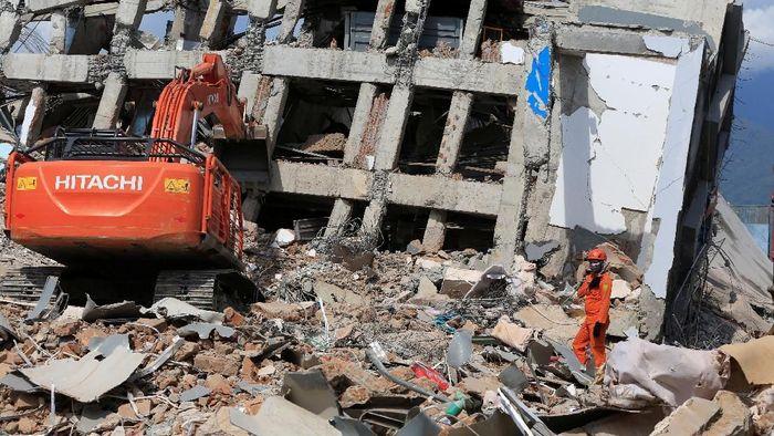 Evakuasi di reruntuhan Hotel Roa Roa (Foto: Reuters)