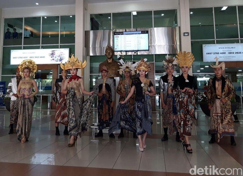 Suasana berbeda dapat dilihat di lobby keberangkatan Bandara Adi Soemarmo, Boyolali. Ada fashion show batik dalam rangka Hari Batik Nasional. (Ragil Ajiyanto/detikTravel)