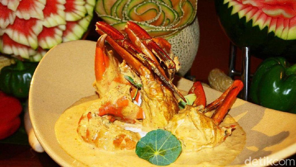 Chef Mama Duu dari Thailand Meracik Kari Kepiting dan Kari Daging di Restoran Ini