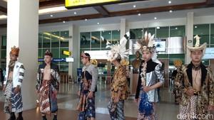 Foto: Lenggak-lenggok Model Berpakaian Batik di Bandara Adi Soemarmo