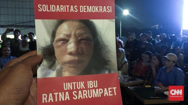 Foto wajah Ratna yang diklaim hasil penganiayaan, dalam selebaran dalam aksi  'Solidaritas Demokrasi untuk Ibu Ratna Sarumpaet' di kawasan Menteng, Jakarta Pusat, Selasa (2/10/2018).