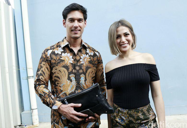 Richard Kyle dan Jessica Iskandar saat ditemui usai tampil di Brownis di Trans TV, Jakarta Selatan pada Selasa (2/10). Pool/Palevi S/detikFoto.