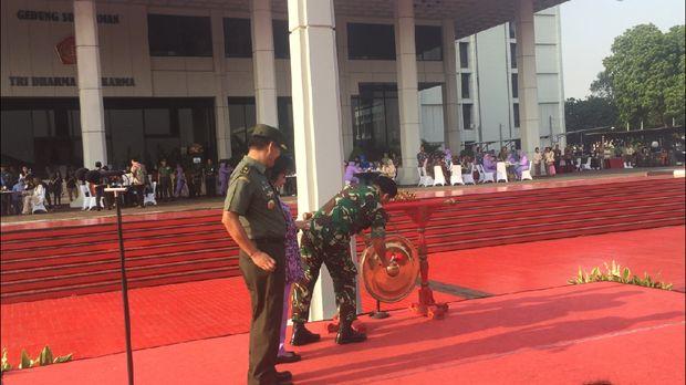 Panglima TNI Marsekal Hadi Tjahjanto mengatakan kegiatan membatik dengan canting tersebut sebagai upaya melestarikan budaya Indonesia.