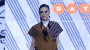 Tampil Stylish dengan Tren Tabrak Motif di Hari Batik Nasional