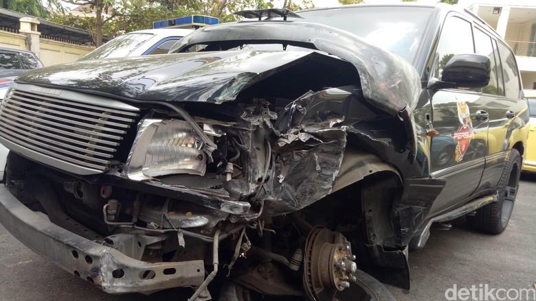 Land Cruiser yang dikendarai Marko Simic. Foto: Kondisi mobil Marko Simic dan mobil polisi yang kecelakaan di Semanggi (Gibran-detik)