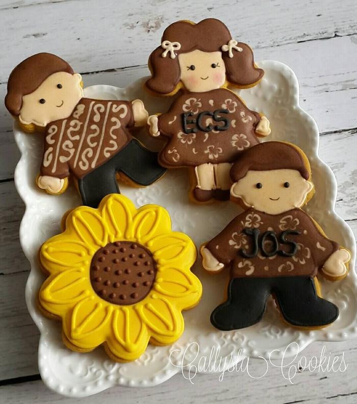 Kamu bisa buat cookies tema keluarga yang mengenakan baju batik ini. Meski berwarna senada, motif baju batiknya dibuat berbeda. Foto: Instagram callystacookies