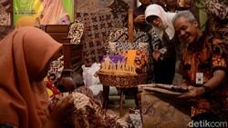 Kagumnya Ganjar Pada Batik Rifaiyah yang Dibuat Sambil Berselawat