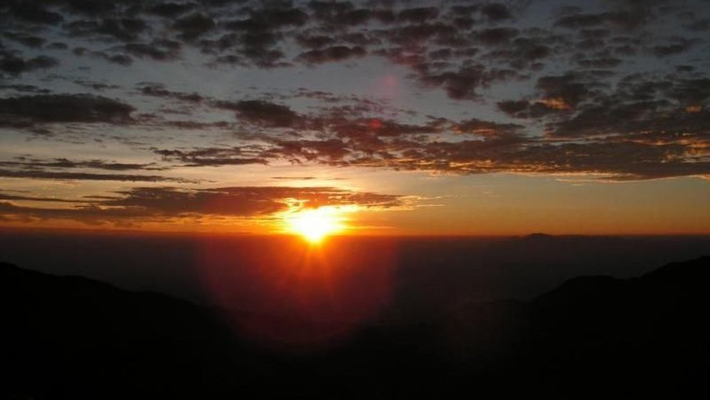 Mengejar Golden Sunrise di Dieng