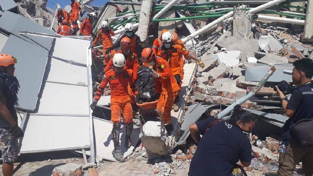 Jerit Tangis Keluarga dalam Evakuasi Korban Gempa di RS Palu