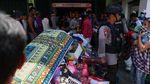 Bantuan Masih Minim, Warga Palu Kumpulkan Barang dari Minimarket