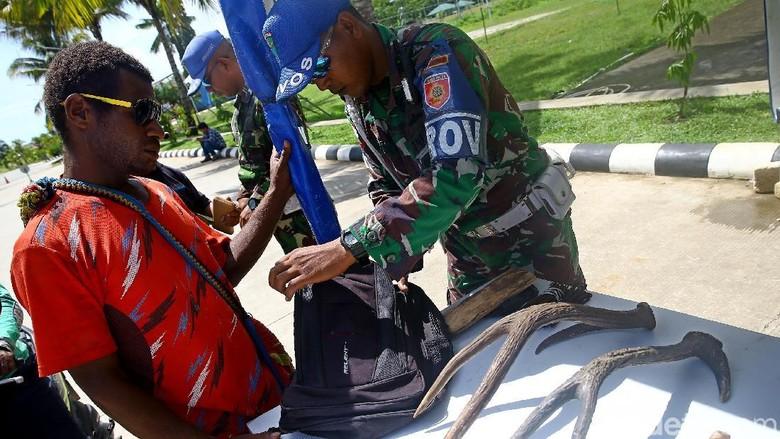 TNI menggelar razia pemeriksaan di PLBN Skouw